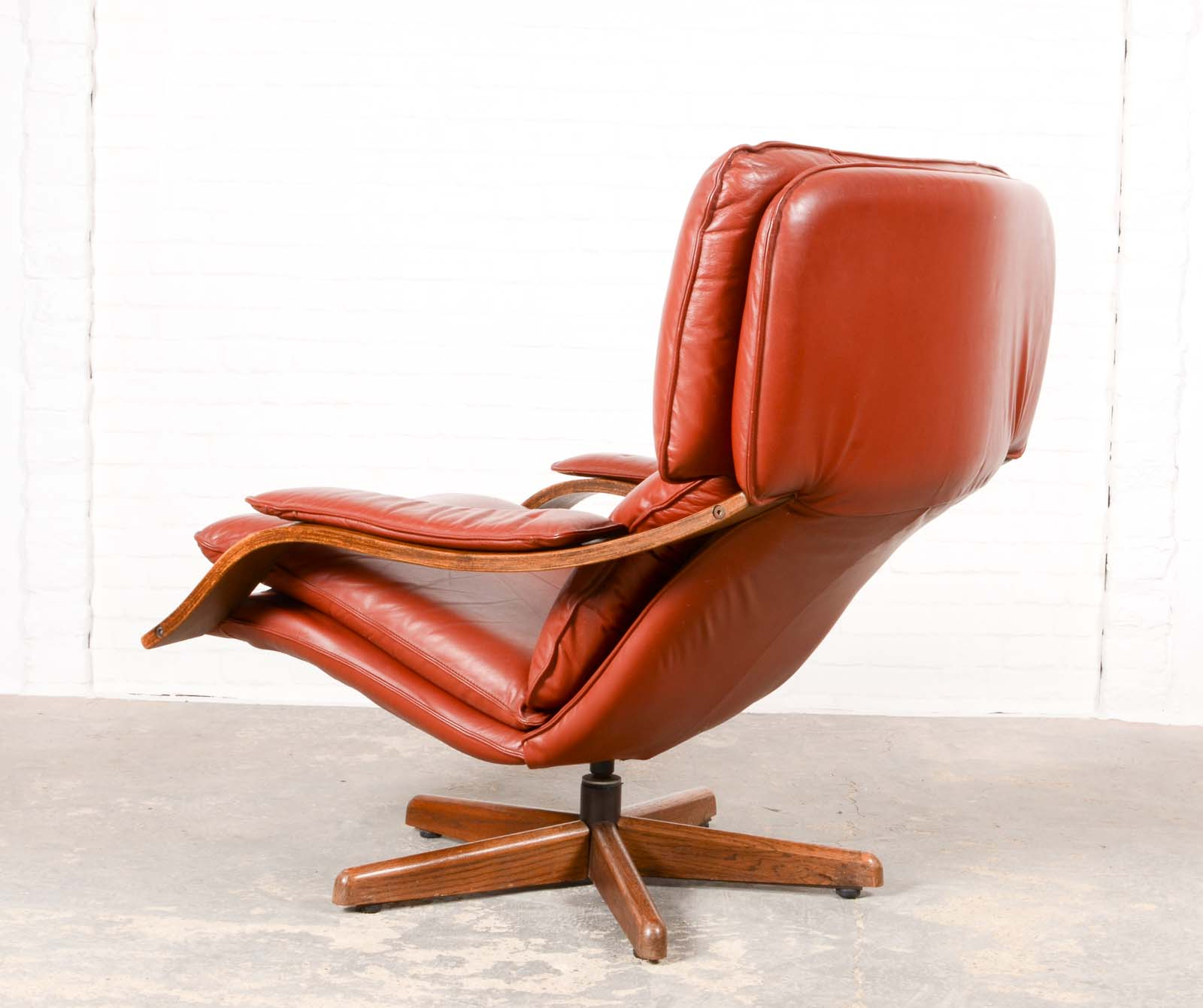 Majestic Mid Century Scandinavian Swivel Relax Lounge Chair