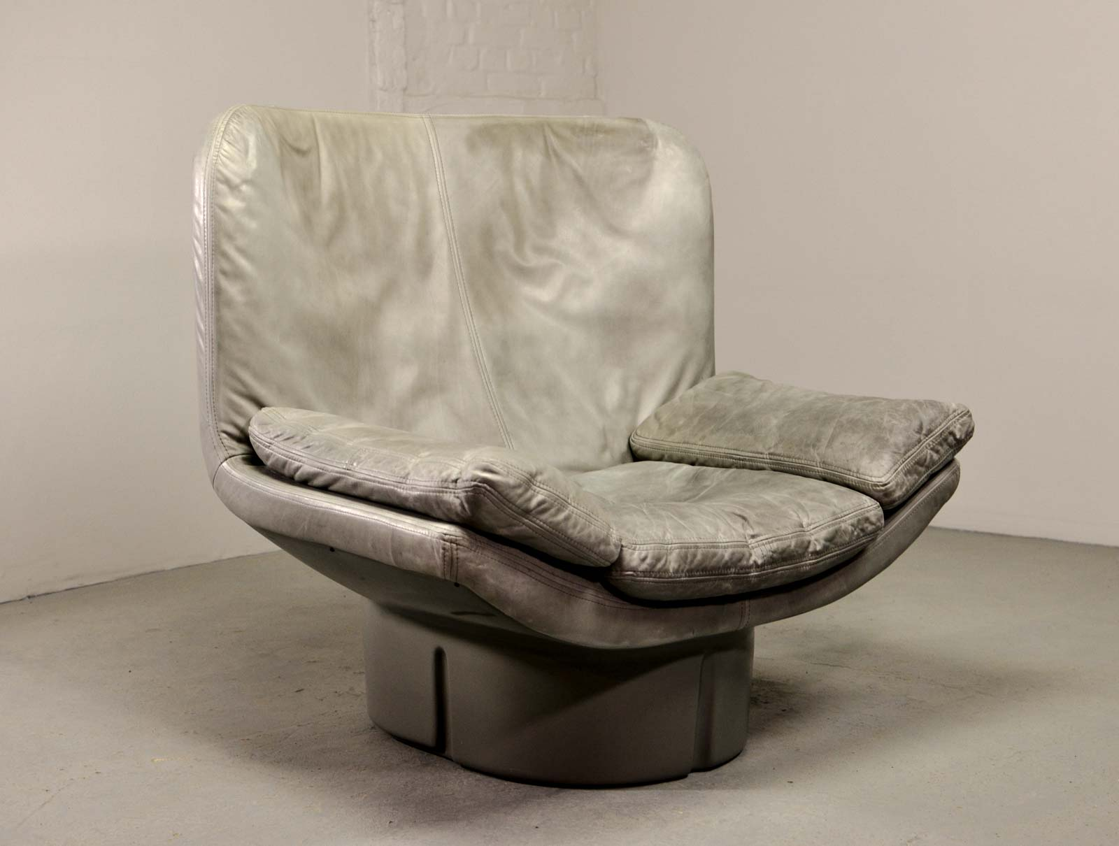 Eye Catching Italian Grey Leather Lounge Chair by Ammanati